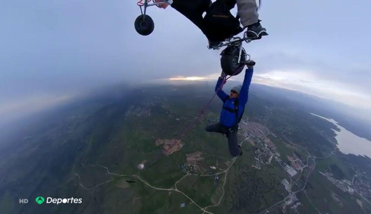La última aventura del montañero Carlos Suárez: se deja caer desde un paramotor a 1.000 metros de altura