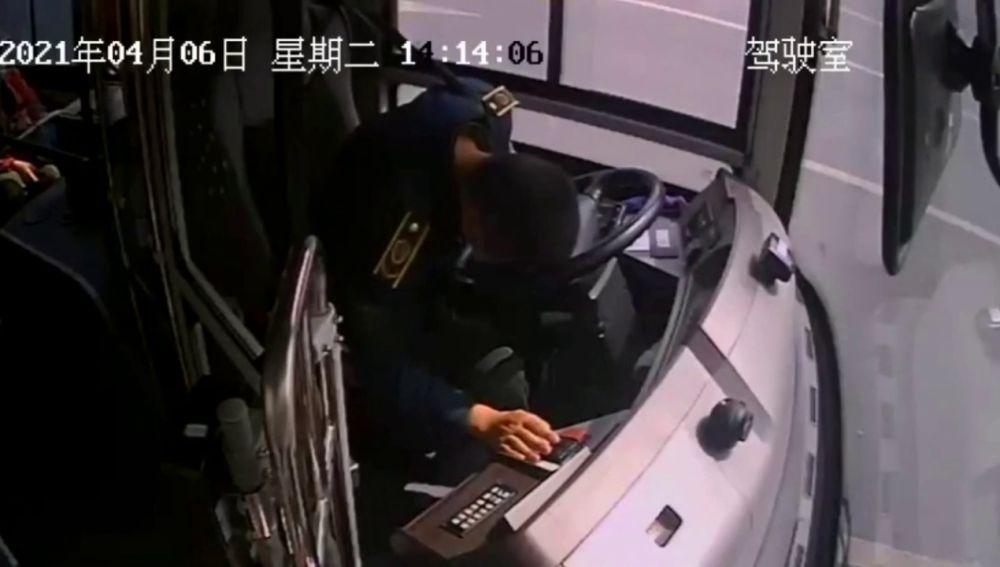 Aterrador momento en que un conductor logra detener un autobús lleno de pasajeros antes de desmayarse al volante