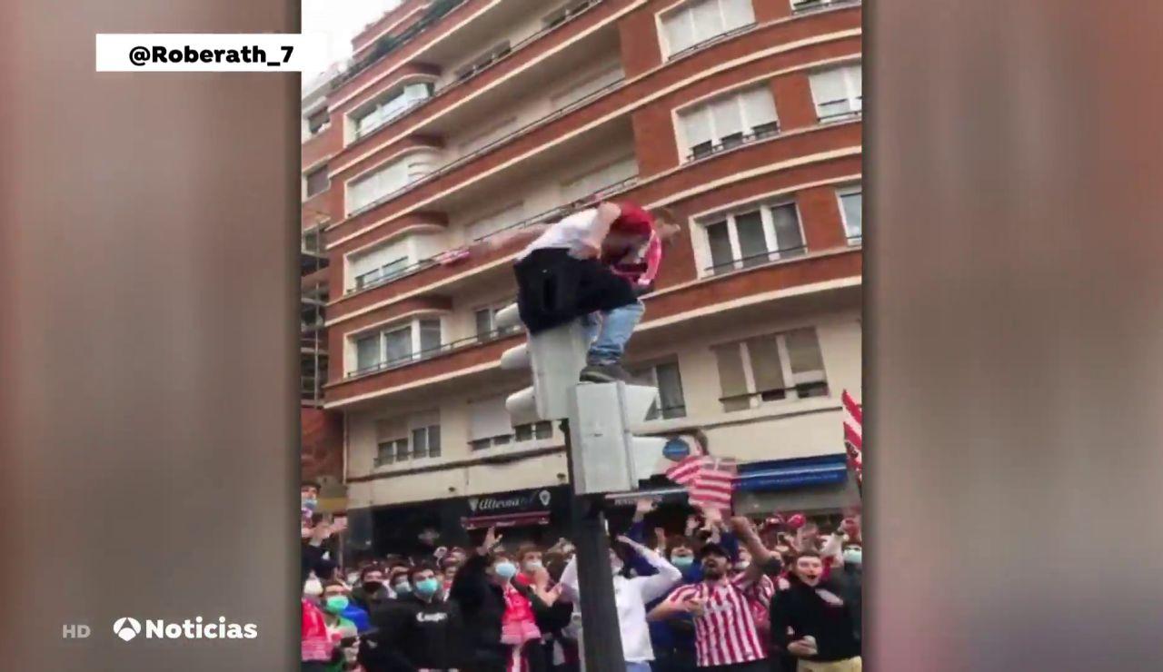 El aficionado del Athletic que cayó desde un semáforo antes de la final de Copa se encuentra ingresado con una perforación en el pulmón