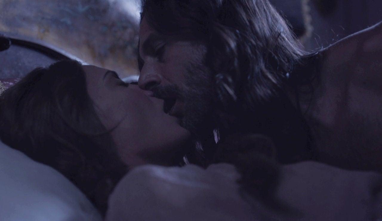 Enrique abusa de Amelia durante la noche en Castamar