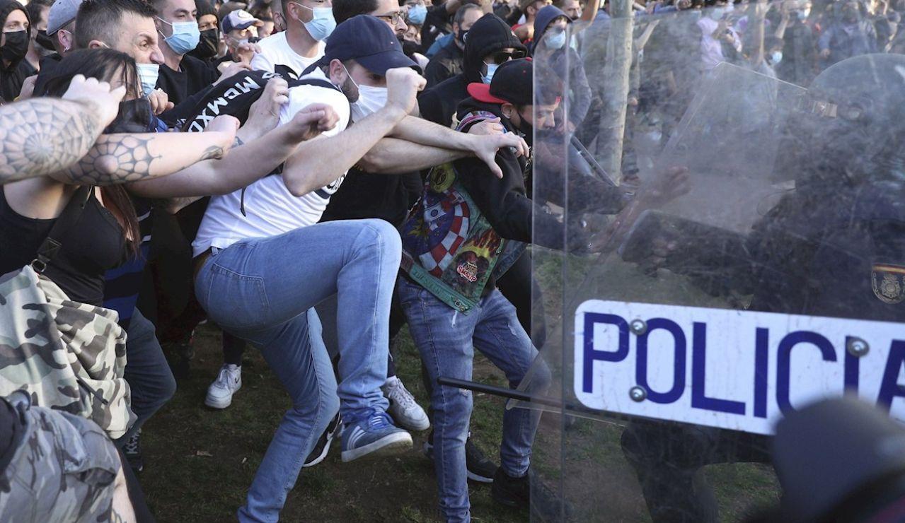 Policía y manifestantes se enfrentan en Vallecas durante el mitin de Vox