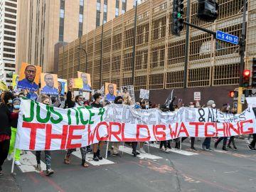 Protesta en Minneapolis durante el primer día de juicio contra Derek Chauvin por la muerte de George Floyd
