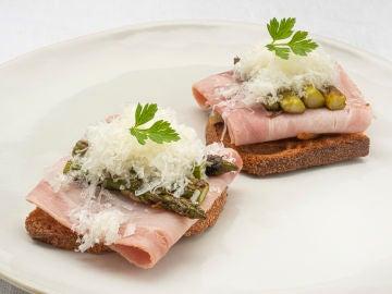 Espárragos verdes con jamón y queso