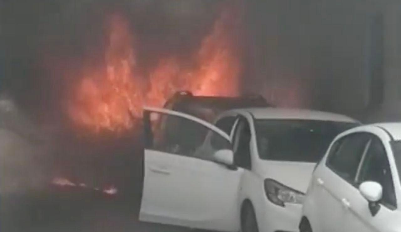 Un hombre arriesga su vida para salvar a un coche de las llamas en Cádiz