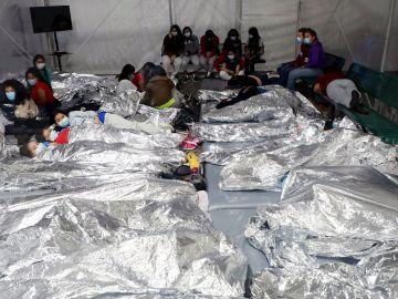Niños inmigrantes en el centro Donna (Texas) de detención de menores