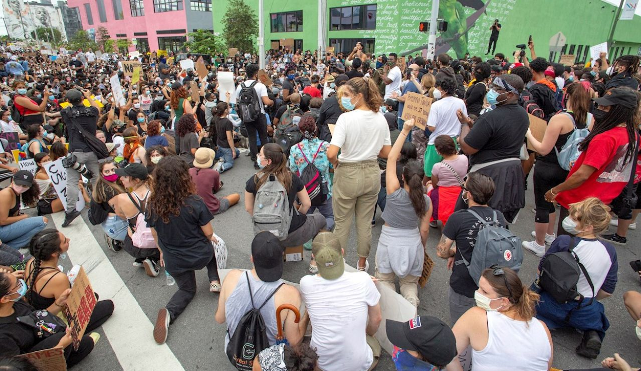 Varios manifestantes en EEUU se arrodillan en homenaje a George Floyd