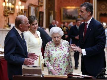Los Reyes de España junto al Duque de Edimburgo y la reina Isabel II