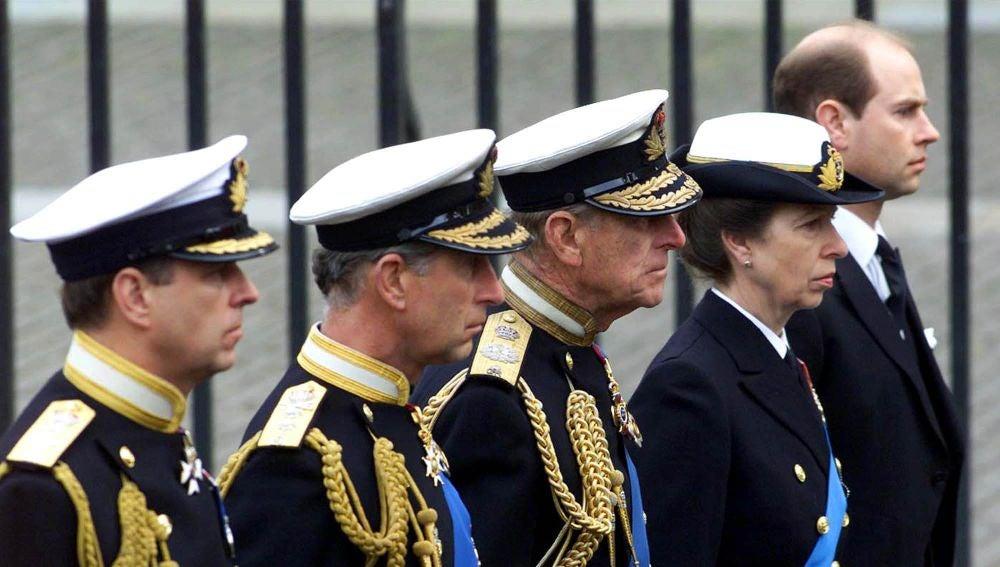 El duque de Edimburgo junto a sus hijos