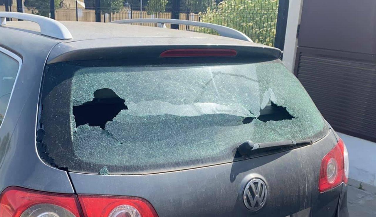 Un niño deja una nota para disculparse tras romper el cristal de un coche y se hace