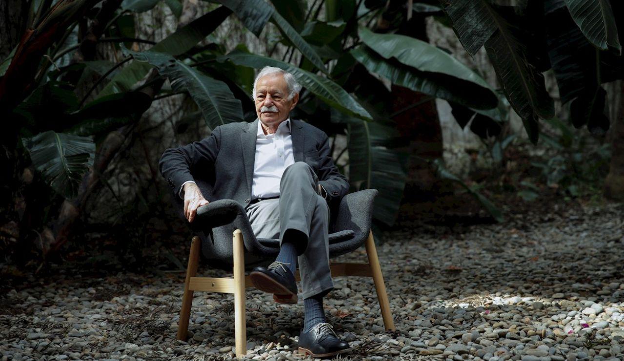El escritor Eduardo Mendoza durante la presentación en Barcelona de su último libro, 'Transbordo en Moscú'
