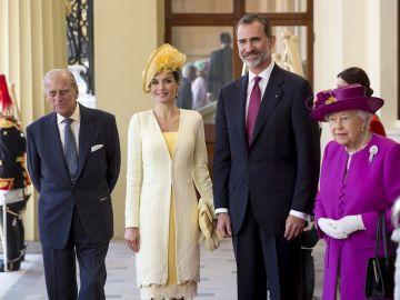 Los Reyes de España, Felipe VI (2d) y Letizia (2i), junto a la reina Isabel II (d) y su marido, el duque de Edimburgo (i), que ha fallecido hoy a los 99 años.