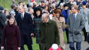 El duque de Edimburgo junto a sus nietos y las esposa de estos
