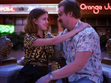 Millie Bobby Brown y David Harbour en 'Stranger Things'