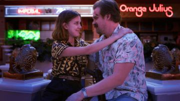 Millie Bobby Brown y David Harbour en 'Stranger Things'