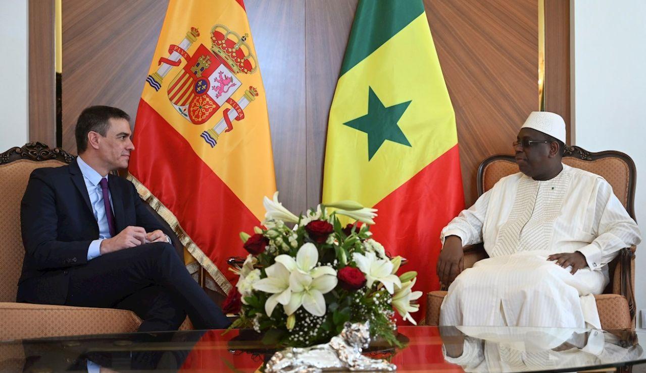 El presidente del Gobierno, Pedro Sánchez (i), y el presidente de la República de Senegal, Macky Sall, durante la reunión que ambos han mantenido este viernes en el Palacio Presidencial de Dakar, en el marco de la visita oficial del jefe del Ejecutivo español a Senegal