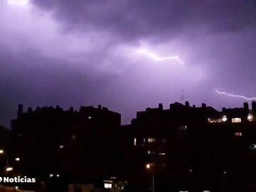 Un hombre, en estado grave al atravesarle un rayo mientras se refugiaba de la lluvia en Madrid