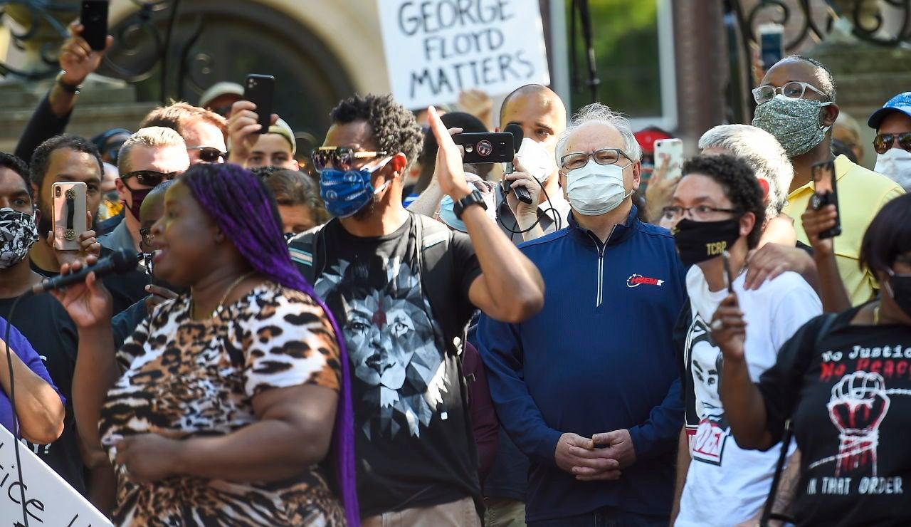 El gobernador del estado de Minesota, Tim Walz, (c) en una protesta en Mineápolis por la muerte de George Floyd.