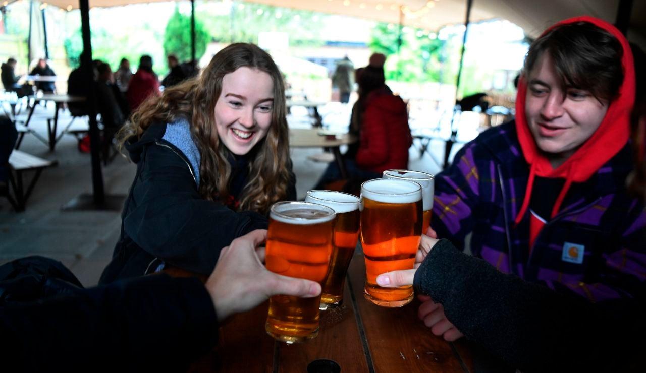 Reino Unido podría alcanzar hoy la inmunidad de grupo coincidiendo con la reapertura de pubs y restaurantes
