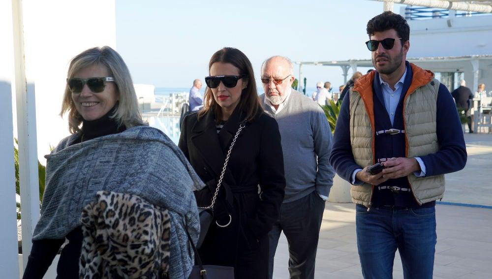 Los padres de Paula Echevarría junto a la actriz y Miguel Torres