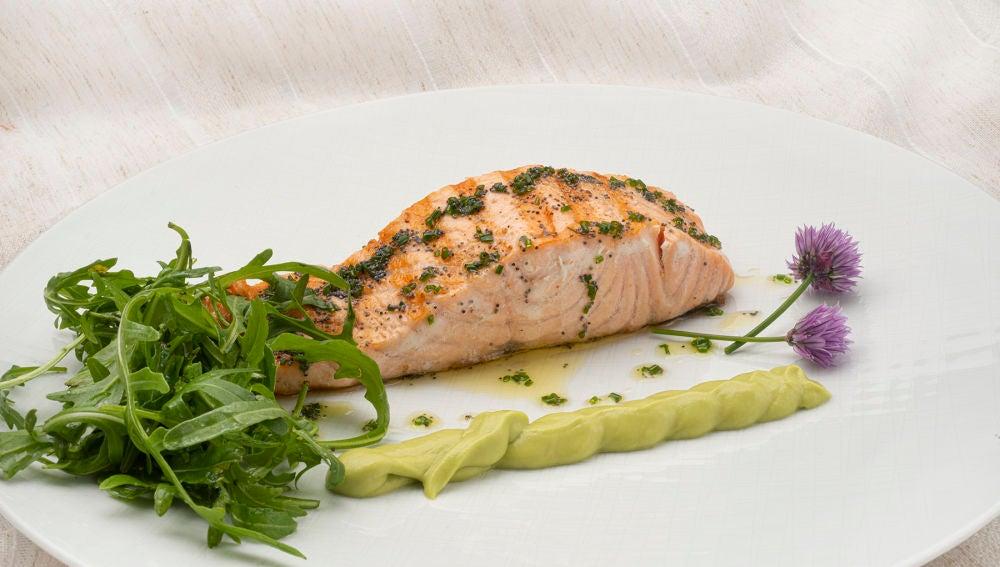 """""""Receta rápida"""" de Karlos Arguiñano: salmón con aguacate y rúcula"""
