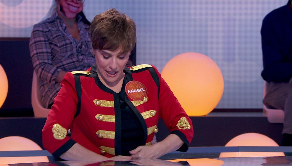 El look de Anabel Alonso, a debate: ¿Domador, general o botones?