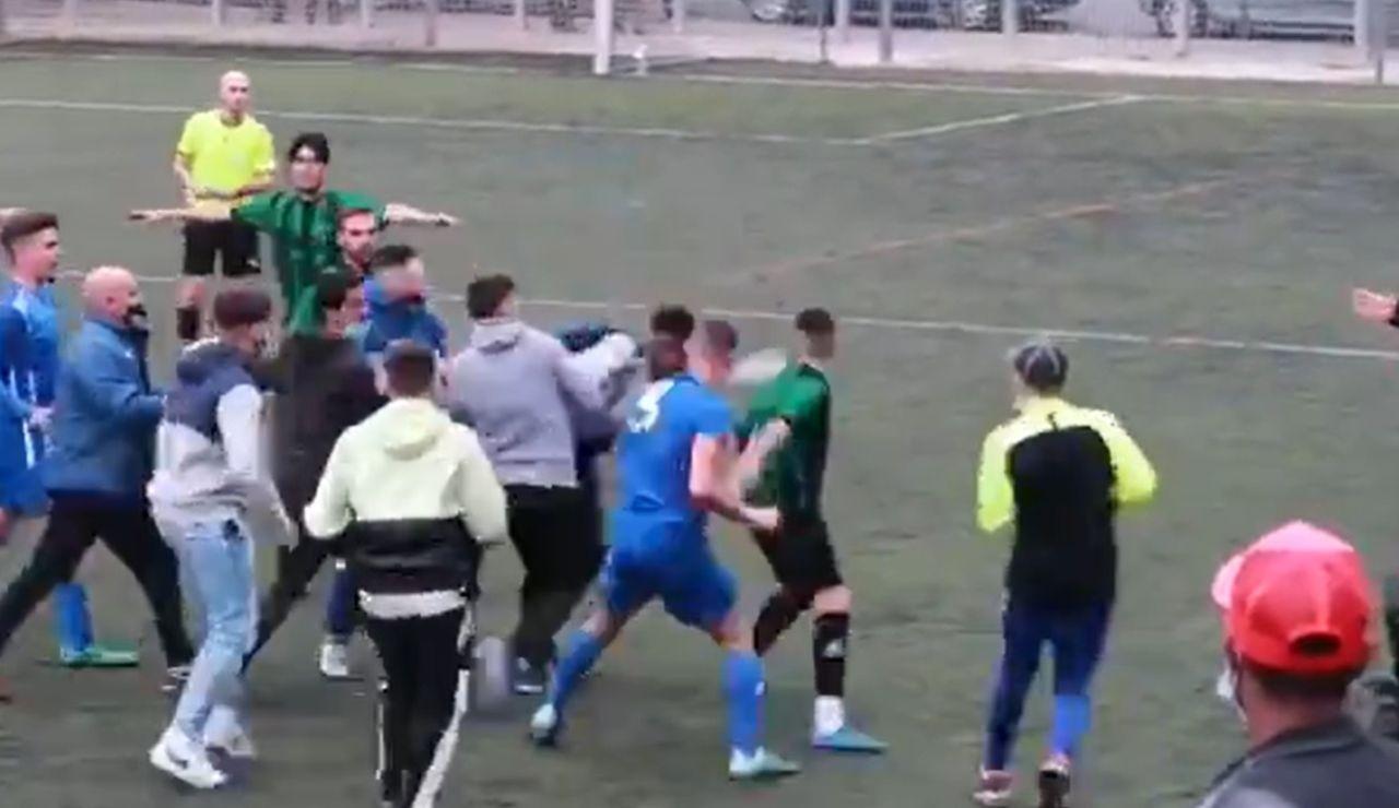 La vergonzosa pelea en un partido de la tercera regional catalana en Barcelona