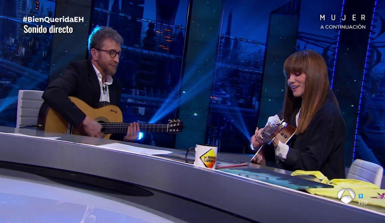 La Bien Querida emociona interpretando 'De Momento Abril' con Pablo Motos a la guitarra