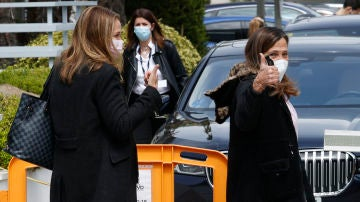 Las hermanas de Ana Obregón recogen a su madre en el hospital