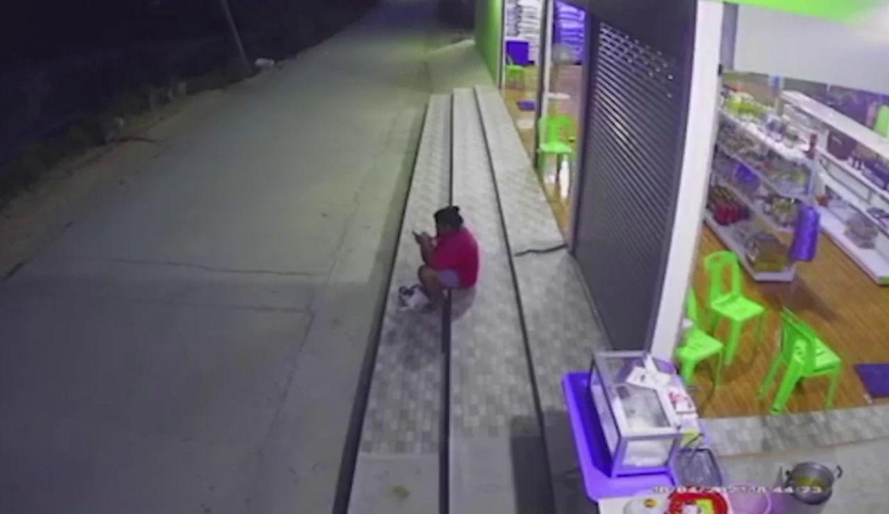 Una mujer se lleva el susto de su vida cuando una serpiente se desliza entre sus piernas