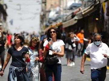 Varias personas caminan por el centro de Jerusalén