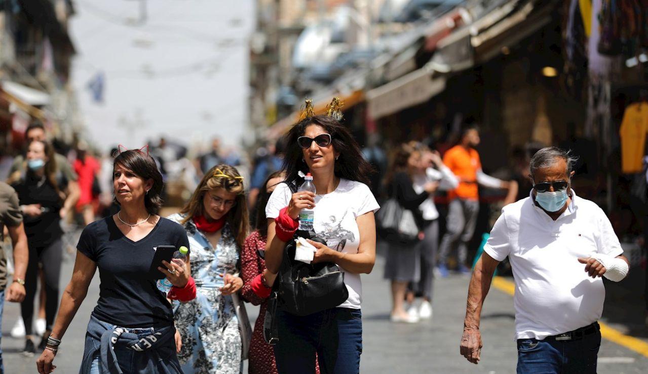 Varias personas pasean por el centro de Jerusalén