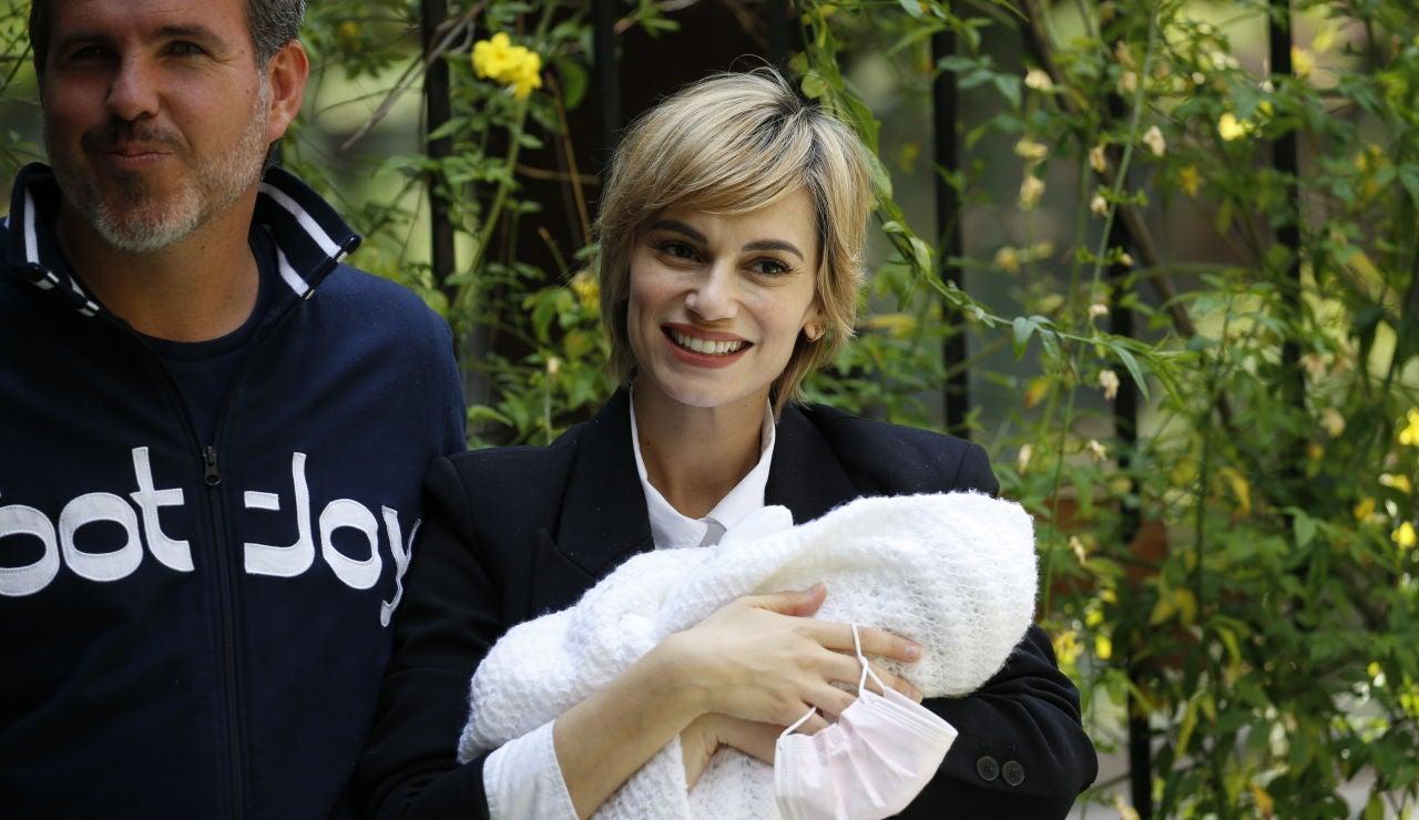 Norma Ruiz, a la salida del hospital con su hija y su pareja Bosco James