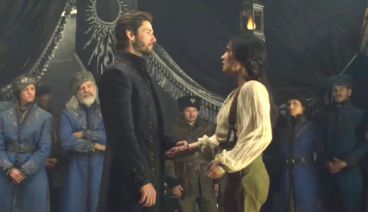 Ben Barnes y Jessie Mei Li en 'Sombra y Hueso'