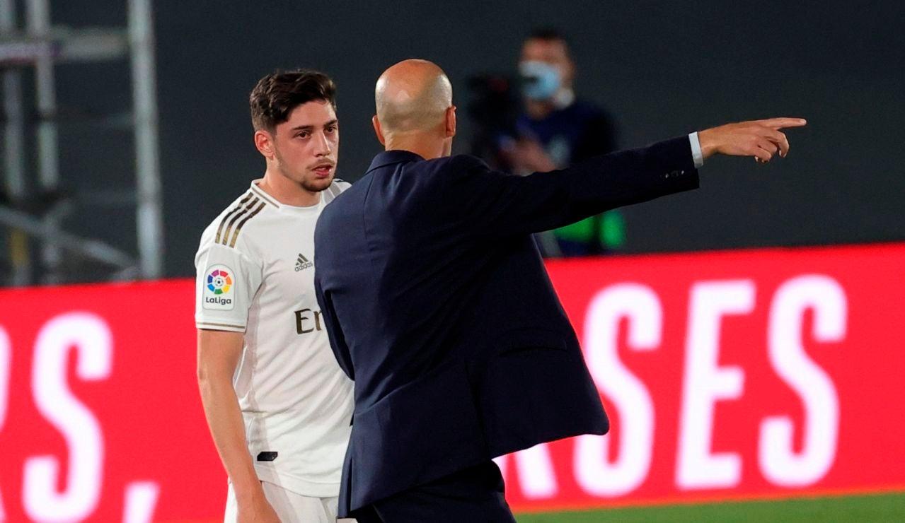 Fede Valverde charla con Zidane