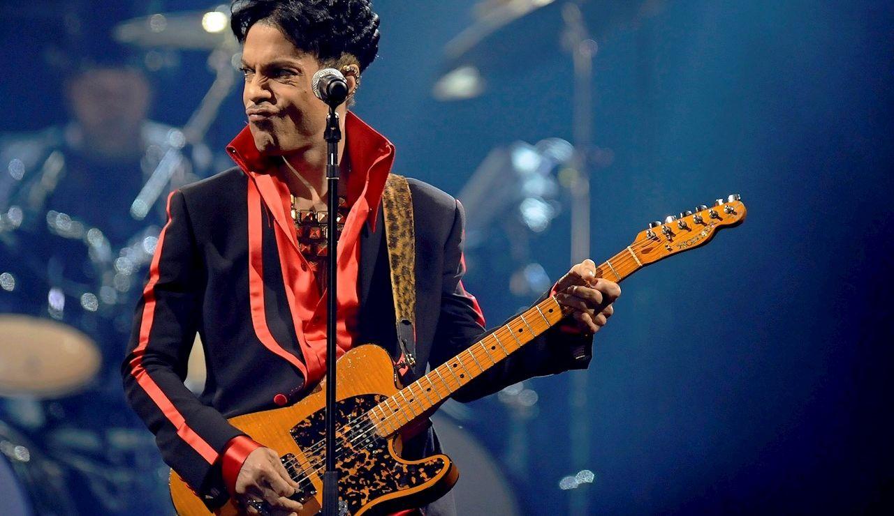 21/04/2021 08:36 (UTC) Crédito: EFE Fuente: EFE/EPA/BELGA Autor: DIRK WAEM Temática: Arte, cultura y espectáculos » Música El cantante y compositor estadounidense Prince  durante un concierto