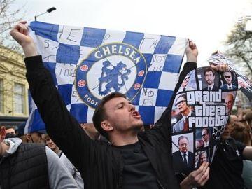 Aficionados del Chelsea celebran la retirada del club de la Superliga