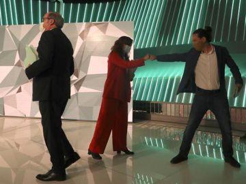 Iglesias choca su puño con el de Mónica García