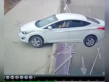 Un coche se queda colgando de un bordillo a varios metros de altura de un bordillo en China