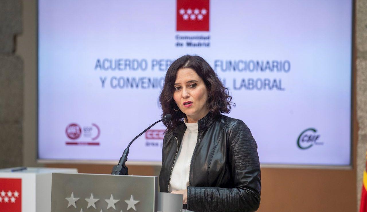 La presidenta de la Comunidad de Madrid, Isabel Díaz Ayuso durante la firma el Acuerdo Sectorial sobre Condiciones de Trabajo del Personal Funcionario de la Comunidad de Madrid
