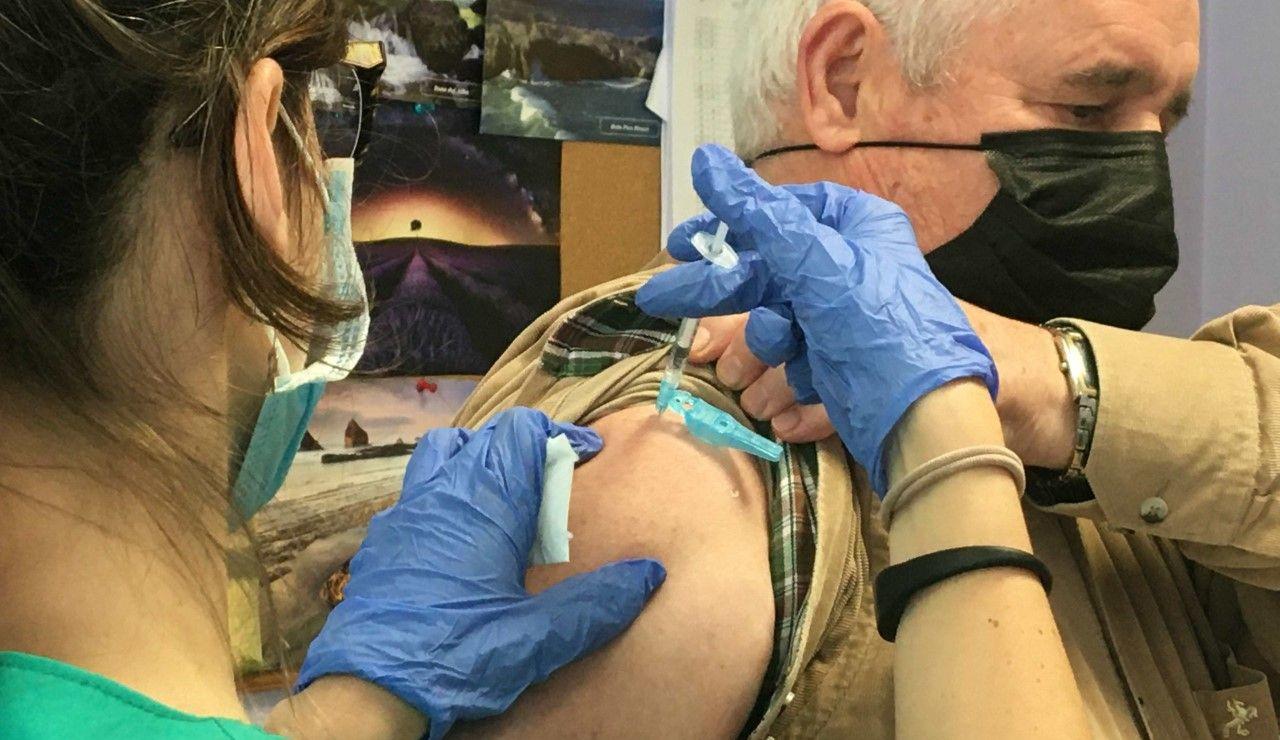 Un hombre recibe en Asturias la vacuna contra el COVID-19