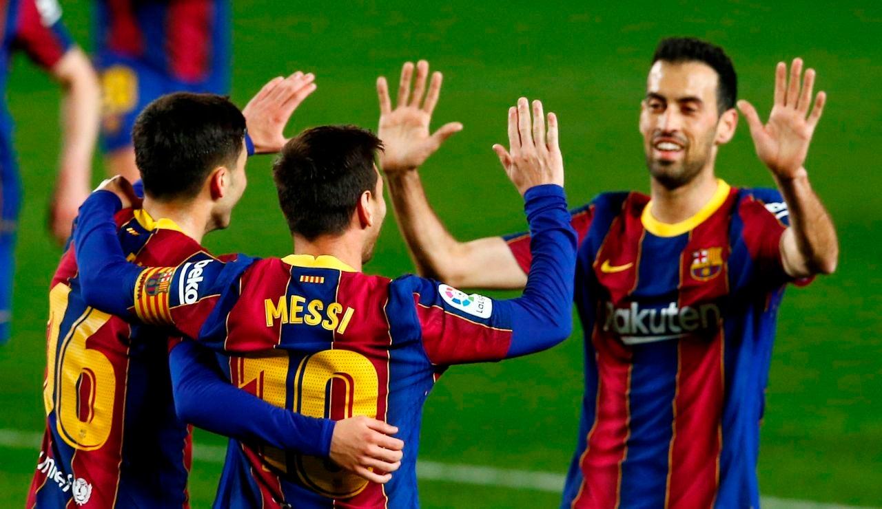 Los jugadores del Barcelona celebran un gol de Messi