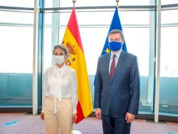 Yolanda Díaz, ministra de Trabajo y el vicepresidente de la CE, Vladis Dombrovskis,