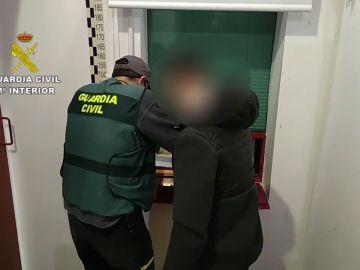La Guardia Civil durante la detención de uno de los presuntos abusadores sexuales de menores