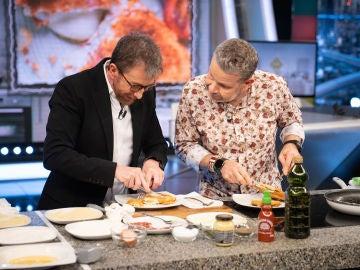 Alberto Chicote enseña a cocinar a Pablo Motos en directo: ¡así preparan unos cachopollos!