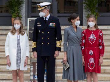La princesa Leonor, el rey Felipe VI, la reina Letizia y la infanta Sofía posan en el astillero de Navantia