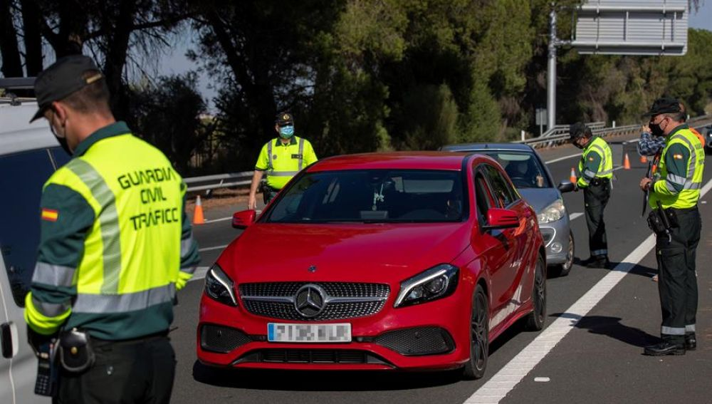Agentes de la Guardia Civil de Tráfico montan un control en la autopista AP-4 Sevilla-Cádiz