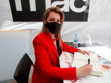 La escritora Eva García Sáenz de Urturi firma uno de sus libros,