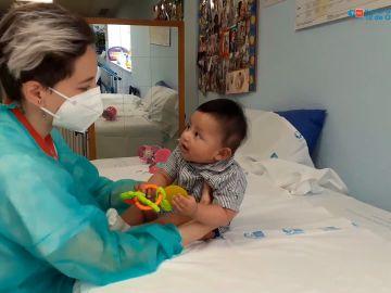 Operado con éxito un bebé de dos meses de un trombo cerebral, el paciente más pequeño del mundo
