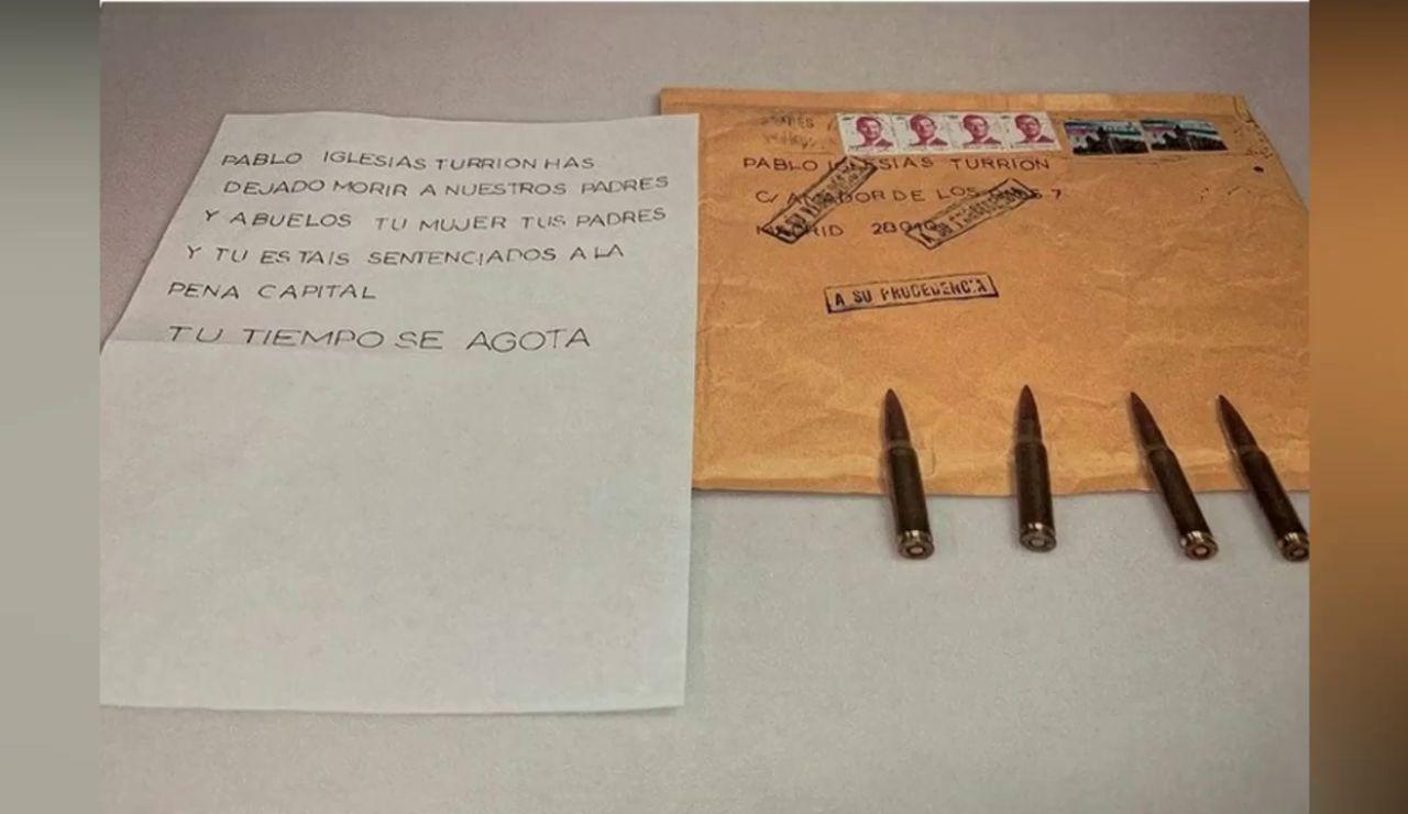 Pablo Iglesias muestra la carta con el mensaje y las balas de la amenaza de muerte