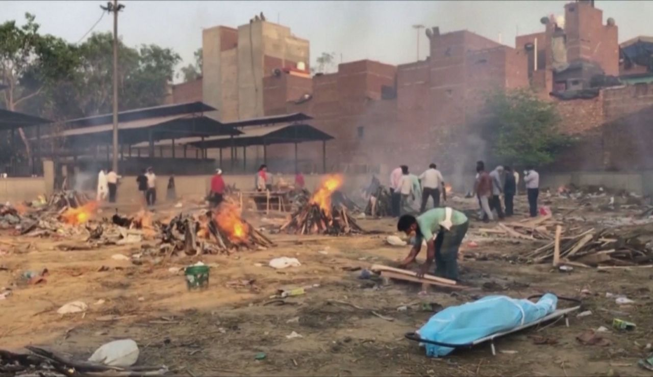 India improvisa crematorios en las calles ante el avance de la nueva variante de covid